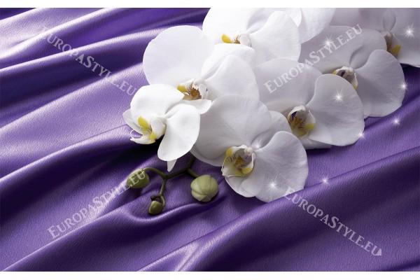 бели орхидеи на фон абстракт коприна лилава