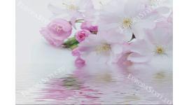 Фототапет нежен пролетен цвят с водно отражение