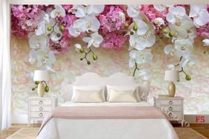 стена от нежни листенца с корона от орхидеи