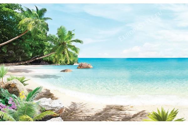 морски залив с палми и цветя