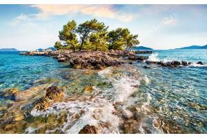 фантастично красива гледка на самотен остров в морето