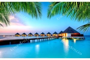 удивителна нощна гледка Малдиви с палмови листа