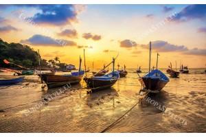 Фототапет морски залез бряг с рибарски лодки