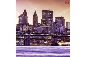 нощен изглед на Манхатън от реката в лилав нюанс