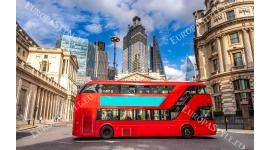 Фототапети изглед на лондонска улица с класически червен автобус