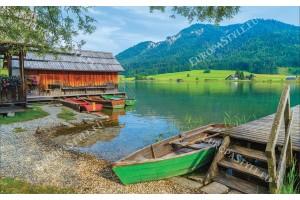 Фототапети планински изглед на езеро с лодки и мостик