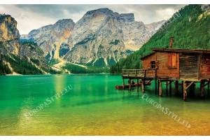 изглед езеро с дървена къща