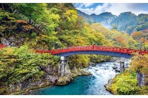 планински пейзаж с червен мост над река