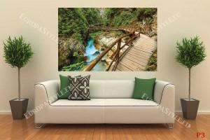 чудна гледка на мост пътека над река в планината