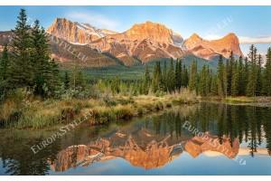 огледален изглед на оранжева планина с езеро