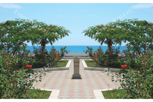 Фототапети прекрасна градина с рози и море
