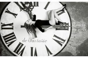 Фототапет кръгъл часовник черно-бял с момиче