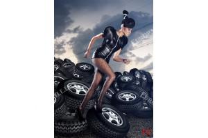 Фототапети жена на фон автомобилни гуми