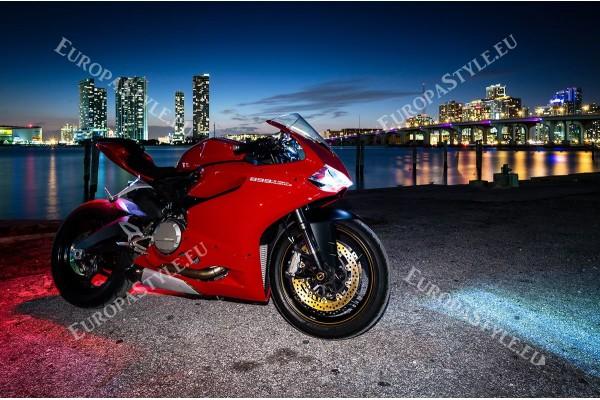 Фототапет червен мотор на фон градски нощен изглед