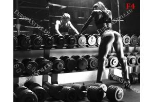 Фототапети жена във фитнеса пред огледало