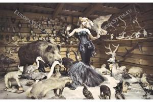 Фототапети жена модел на фон от ловни трофеи