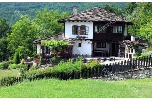 Фототапет изглед китна планинска българска къща